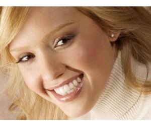 Как безопасно отбелить женские зубы?