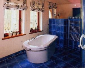 Окно в женской ванной комнате: декорируем по своему вкусу