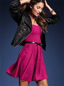 Надеваем поверх платья из шелка кожаную куртку