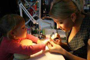 Маникюр для малышек: чего боятся мамы