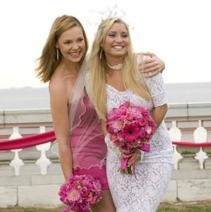 Подружка невесты подбирает прическу