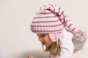 Шапочка надежно оберегает ребенка от холодных порывов ветра и низкой температуры
