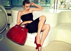 С каким предметом гардероба носить сумку