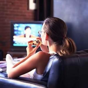 Развлекаемся дома: женский вечер у телевизора и компьютера