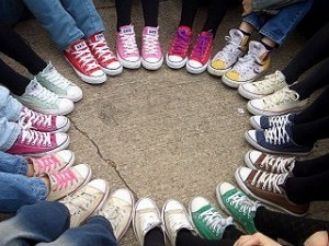 Обувь для улицы: молодых женщины и активные мужчины хотят только в ней