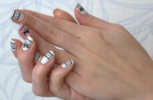 Наклейки на ногти: дань моде этим летом