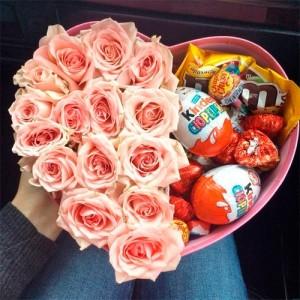 Доставка цветов с подарками и сладостями