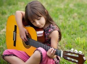 Развитие ребенка: обучение игре на гитаре