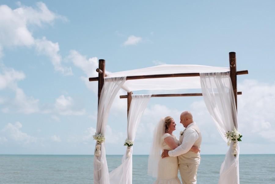 Пляж весілля справжніх весільних весіль